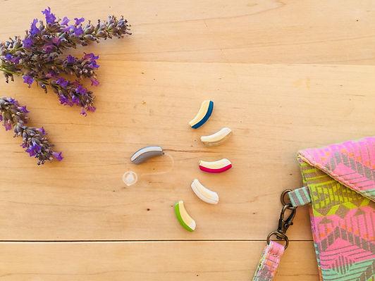 Pequeños audífonos de colores