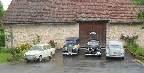 Groupe de vieilles voitures