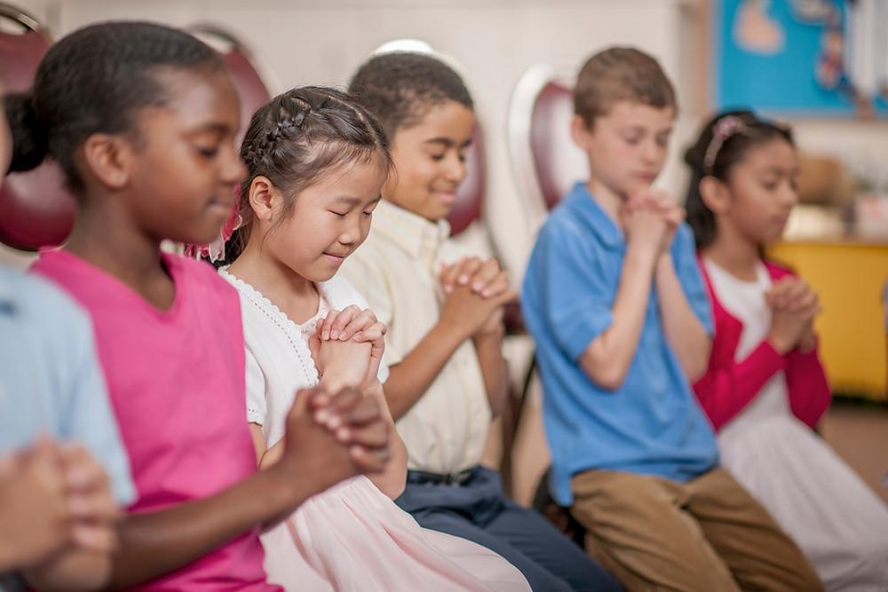 Groupe de catéchisme, enfants en prières
