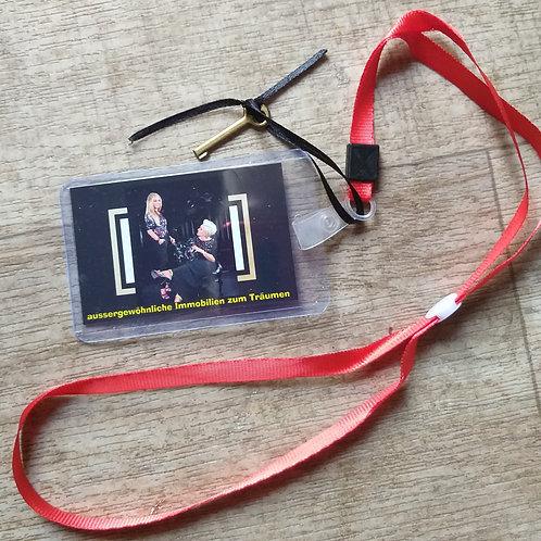 rotes Band mit Visitenkarte im Blister mit Mini Dekoschlüssel