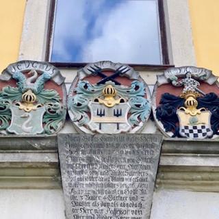 Wappen der adeligen Vorbesitzer