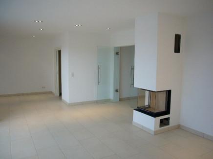 Wohnzimmer und Essbereich mit Kamin