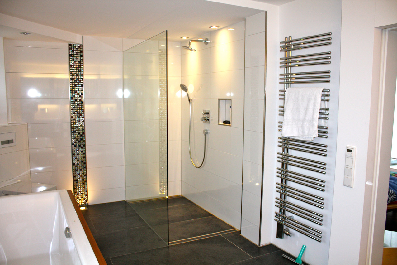 Großzügiges Badezimmer mit Mosaikfliesen