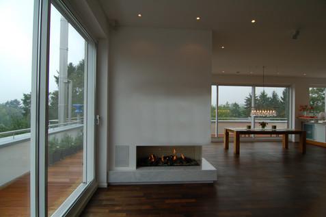 Großzügiges Penthouse Wohnzimmer mit Kamin