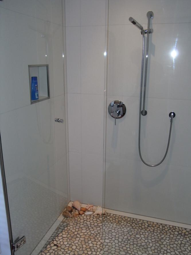 Große, bodenbündige Dusche