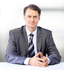 Portrét muže v obleku a kravatě