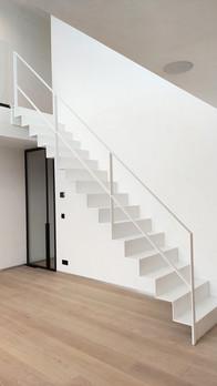 strakke trap met trapleuning