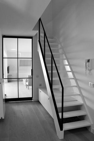 Strakke trapleuning en bijhorende balustrade in zwarte structuurlak
