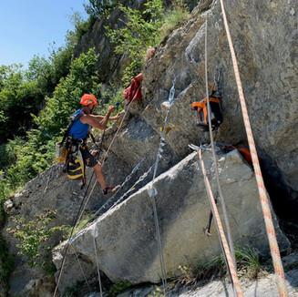 Felsräumung im Juli 2021: Der grosse Block wird im Juli 2021 durch Profis (M. Burger, J. Wüthrich, W. Egger) gesichert