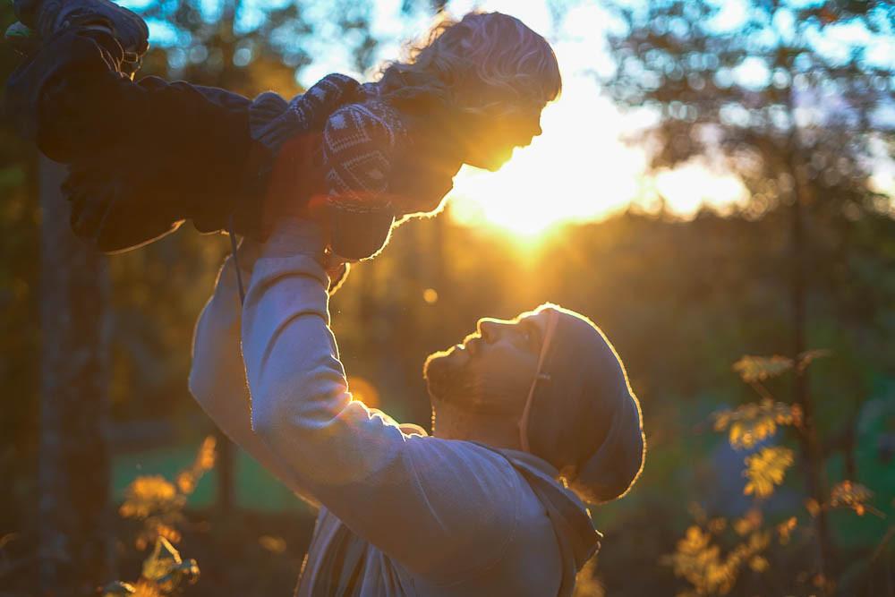 far og sønn i solnedgang