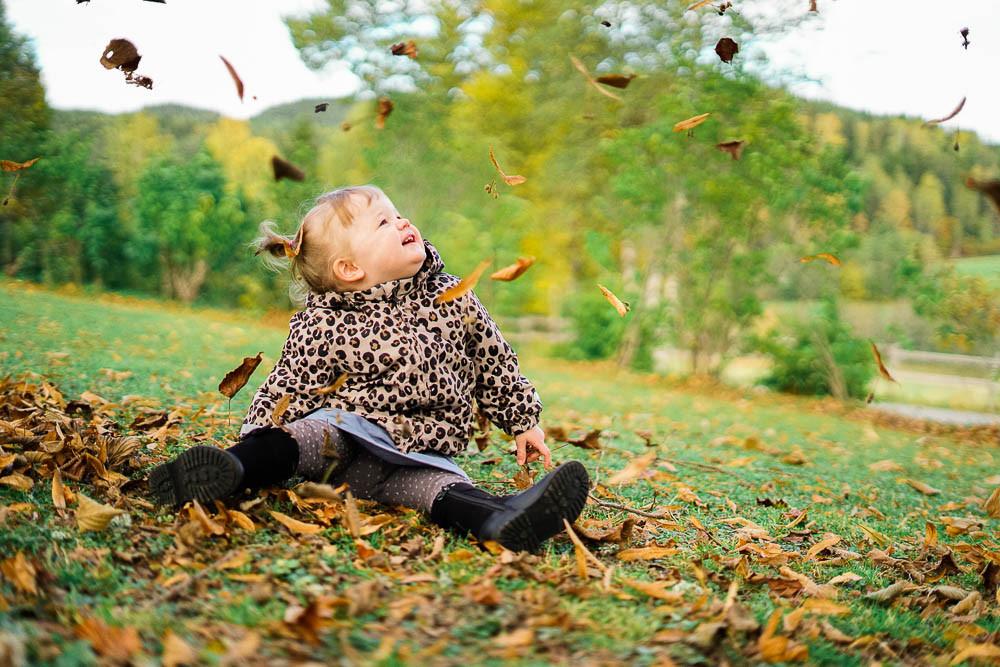 liten jente på gresset, høsten, blader