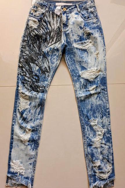 Calça jeans destroyed com desenho