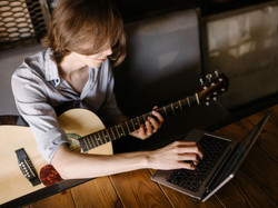 learn-to-play-guitar-online-01