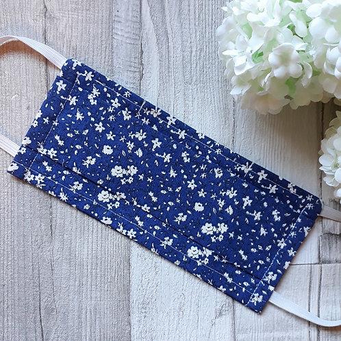 masque petites fleurs blanches fond bleu