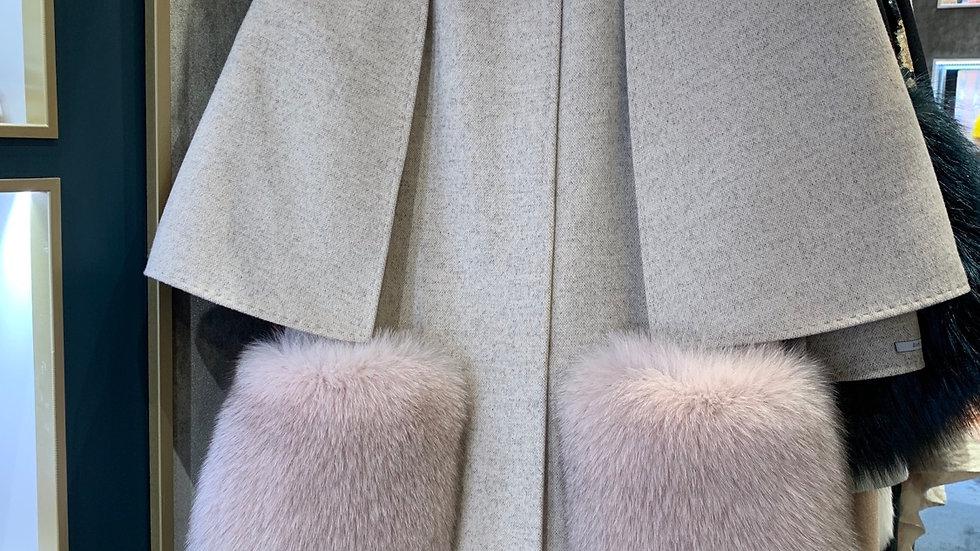 CASHMERE CAPE mit abnehmbaren Pelztaschen
