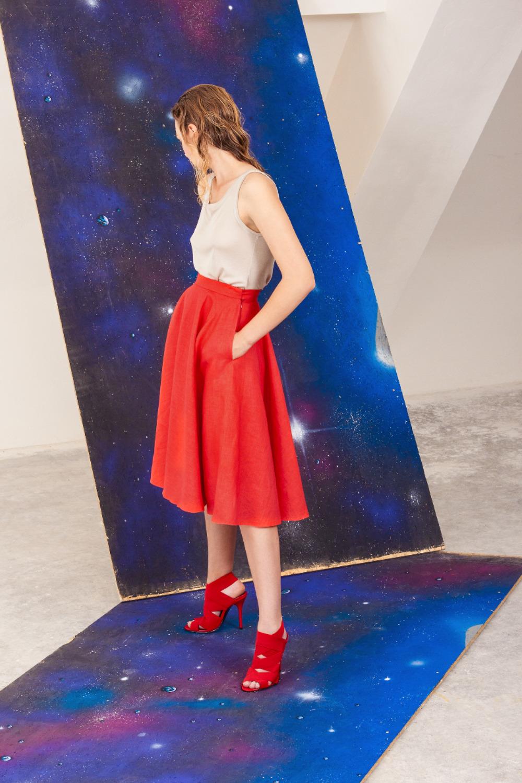 červená lněná sukně a hedvábné tílko