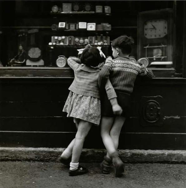 Édouard-Boubat-Enfants-de-dos-Montmartre