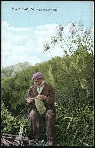 Artigiano che intreccia il papiro del Ciane
