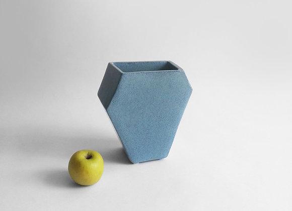 mėlyna šešiakampė vaza