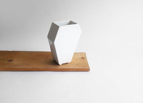balta šešiakampė vaza