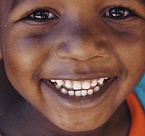 Kindern in Afrika freuen sich über die Hilfe von Mon Coeur