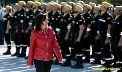 İspanya Savunma Bakanı Margarita Robles Askerlerin önünde yürüyor.