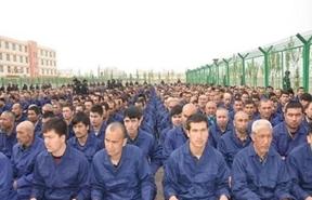 Sincan'ın Lop İlçesi'ndeki bir kampta komünist parti iktidarının propagandaları dinletilen kamp tutukluları (Nisan 2017)