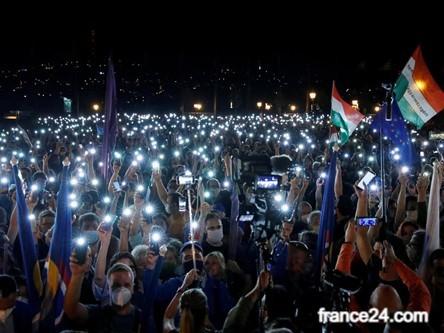 bir grup protestocu gece ellerinde telefon flashları