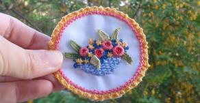רקמת סלסלת פרחים בתכים ארוגים
