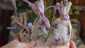 כיצד תצרי שקית ריח רקומה בפרחי לבנדר