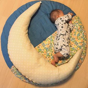 授乳クッションで、ほら三日月〜☽・:*なんてやってたら寝返りしたー!!! 昨日まで、せんべい座布団の上でドーンとかまえてたけど、これからは、はみ出ちゃうかな〜(  ˘艸˘)