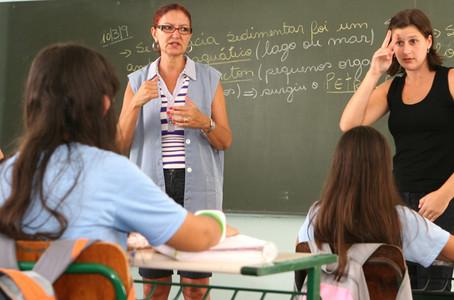 Desafios para a formação educacional de surdos no Brasil.