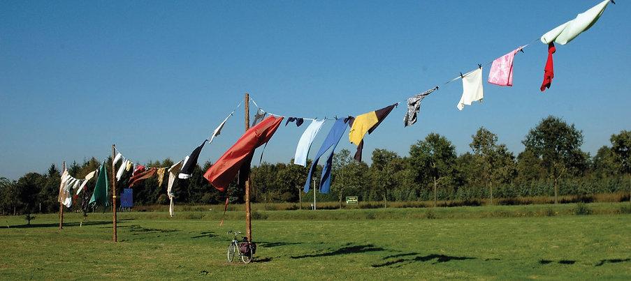 installatie textiel kunst waslijn luier lijkwade anneliet van beelen