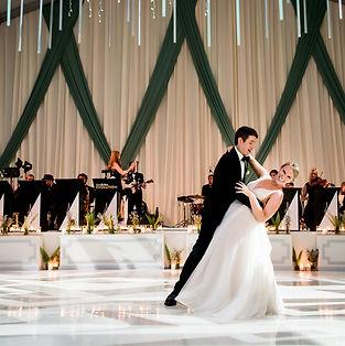 Brde ad Groom dancig inciag millenium park, plnned by top wedding planner chicago