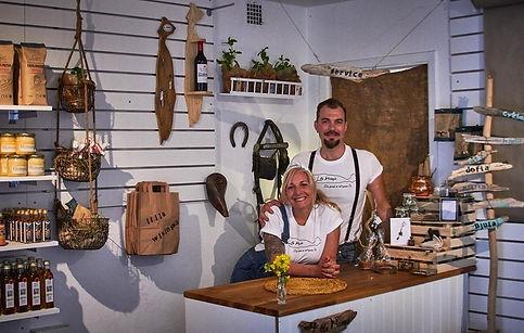 Bild med Nathalie och P i butiken.jpg
