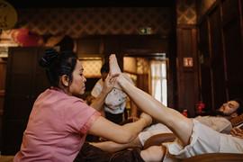 Rozciąganie nóg (masaż stóp)