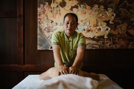 Masaż tajski olejkiem na plecach