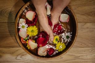 Mycie stóp z gury