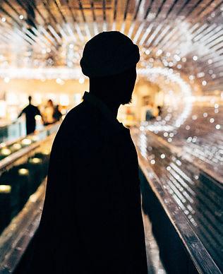 Silueta en el túnel del metro