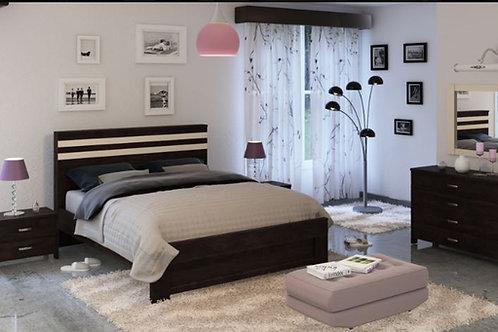 Спальня. Кровать, две тумбы и комод.