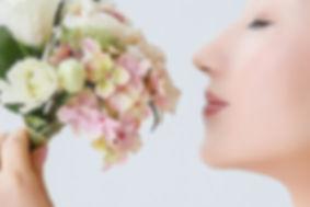 花をかぐ女性.jpg