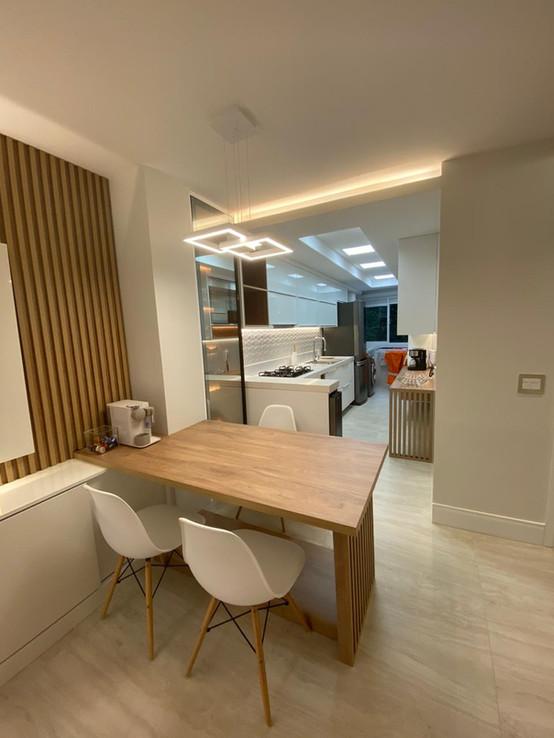 Sala com cozinha integrada em Corazzi e Cambiassi