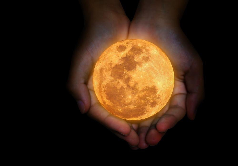 chiron+hands+full+moon+healing+pisces