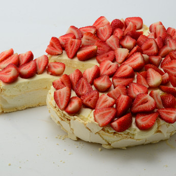 Tarta bezowa z truskawkami