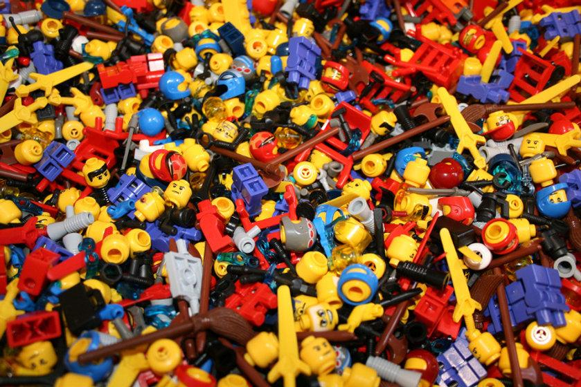 LEGO-pieces-pile.jpg