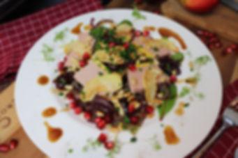 IMG_0511.JPG Entenleberpastete auf Blattbett mit gebratenen Zwiebeln, Apfelscheiben und Granatapfelkerne