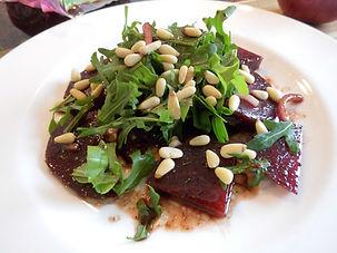 DSCI6767.JPG Rote Beete Salat mit Rucola und Pinienkernen