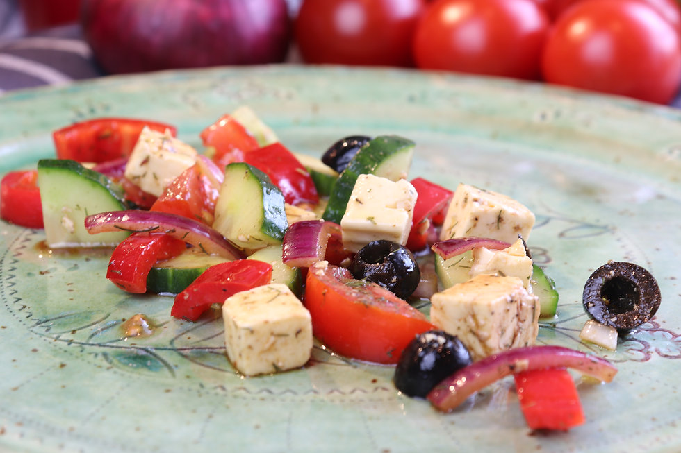 IMG_3345.JPG Mediterraner Sommesalat mit Tomaten, schwarzen Oliven, Fetakäse