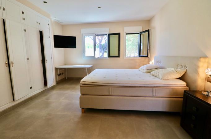 large-bedroom-garden-ref13jpg