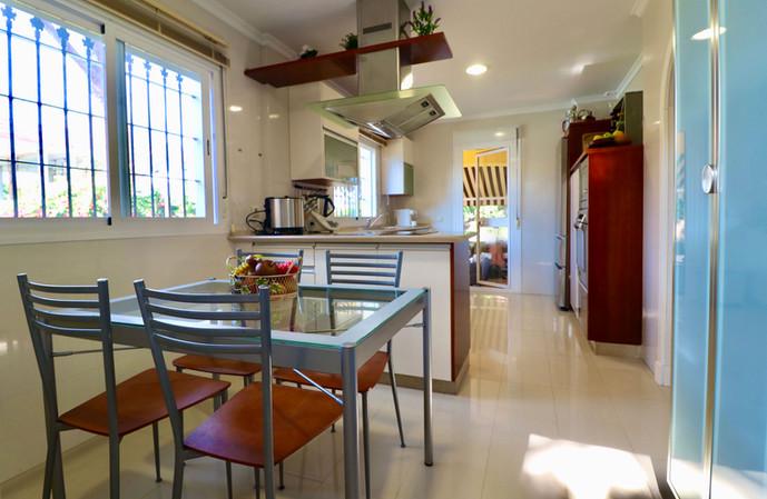 dining-table-mondern-furnished-kitchen-ref40.jpg